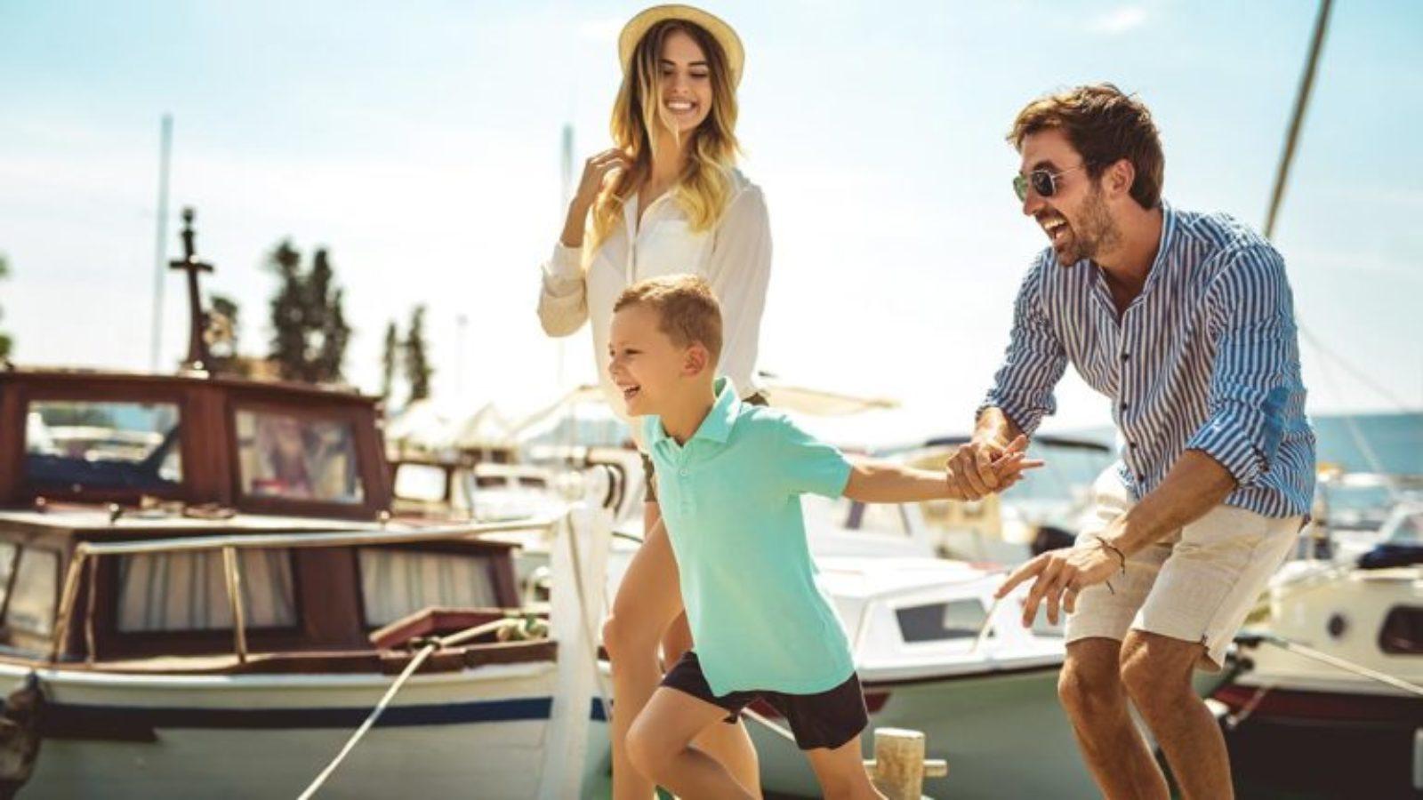 Famille en bateau électrique solaire à Cannes
