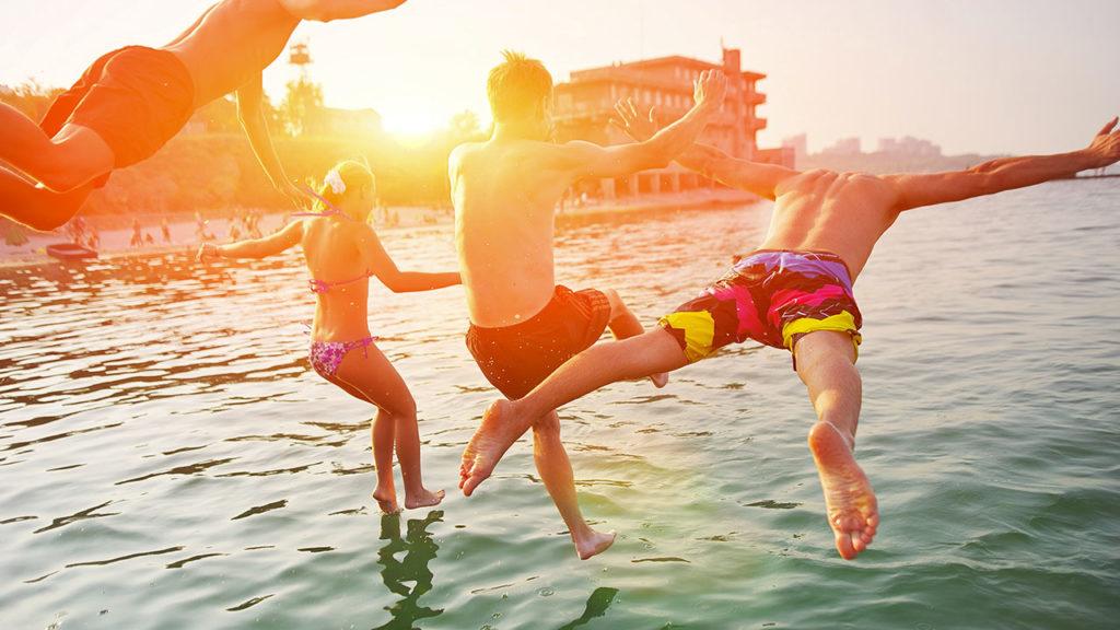 Plongeon d'un bateau électrique solaire à Cannes